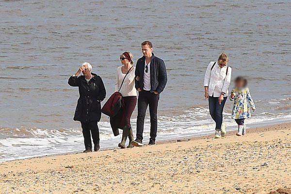 taylor-swift-tom-hiddleston-mom-england-hiddleswift-pics-003