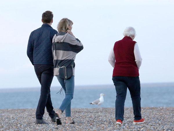taylor-swift-tom-hiddleston-mom-england-hiddleswift-pics-10