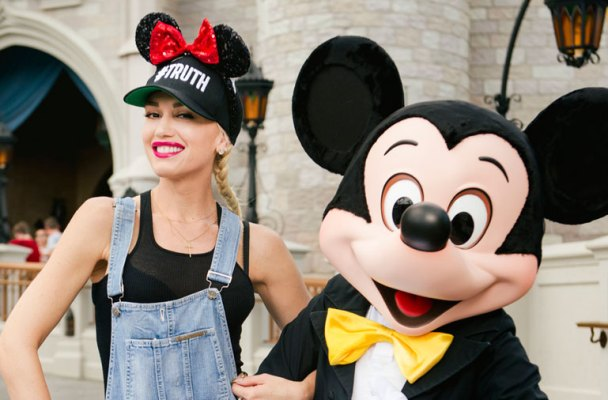 gwen-stefani-ditches-blake-shelton-disney-world-kids01
