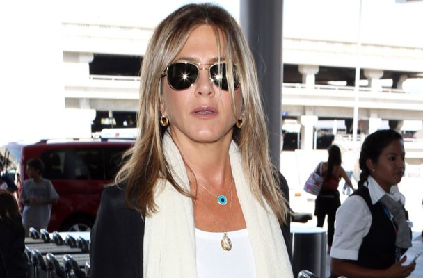 jennifer-aniston-pregnancy-questions-airport-01