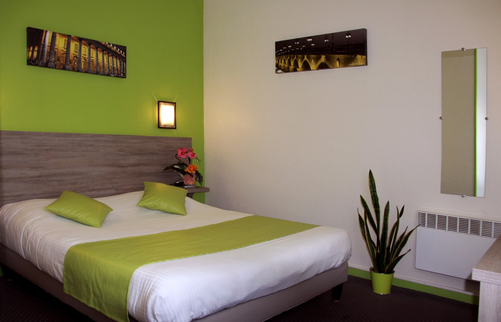 La Chambre Verte Bordeaux Comfort Room With Large Bed Or Twin Beds And Bath Hôtel Notre Dame
