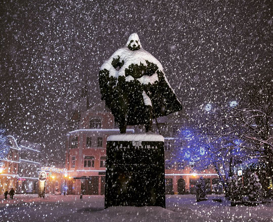 Oregon Wallpaper For Iphone This Polish Statue Looks Like Darth Vader After A Snowy