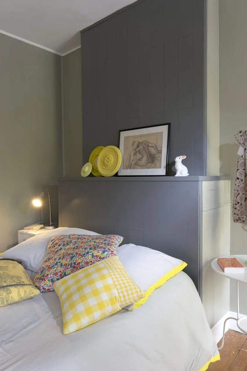 Lambris Chambre à Coucher   Linge Blanc Bleu Sur Lit Dans Chambre ...