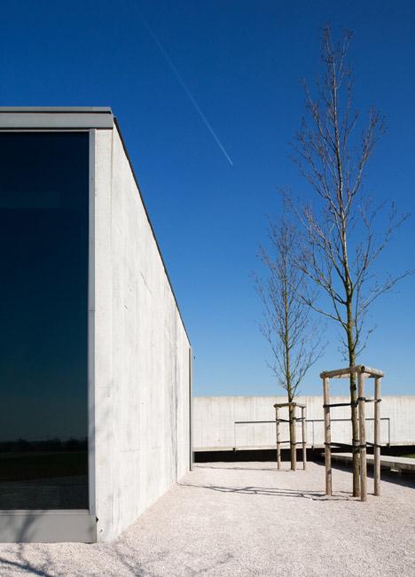 Tyne-Cote-Cemetry-entrance-pavillion-by-Govaert-and-Vanhoutte-architectuurburo_dezeen_468_12