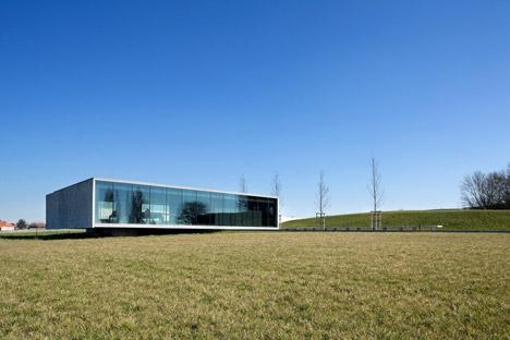 Tyne-Cote-Cemetry-entrance-pavillion-by-Govaert-and-Vanhoutte-architectuurburo_dezeen_468_17