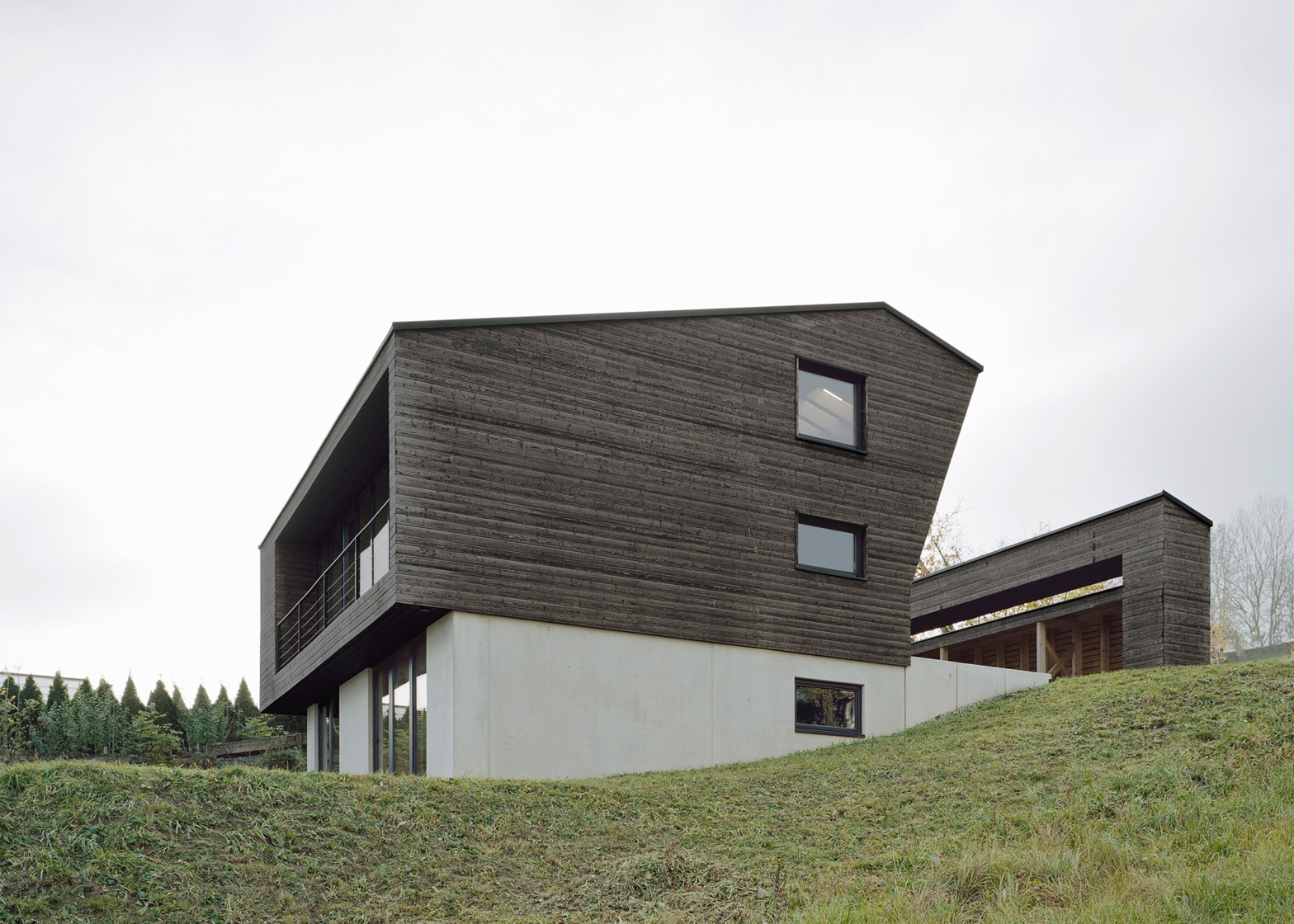 Haus Architektur Alpine Chalet With A Courtyard Carved Out Of Its Middle