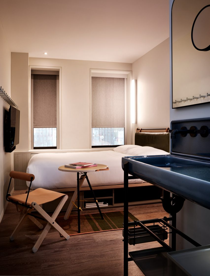 Design Interieur Hotel Foldaway Chairs And Bunks Furnish Bedrooms At Moxy Times Square Hotel