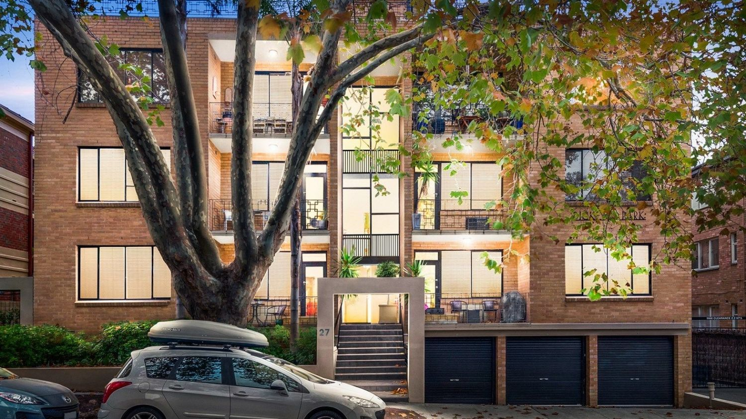 Units For Sale Melbourne Melbourne Property Market Units Trump Houses At Auction