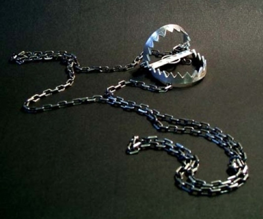 Cm Trap Bear Trap Necklace | Dudeiwantthat.com