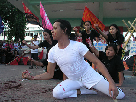 Cultural workers depict the plight of the poor. (Barry Ohaylan/davaotoday.com)