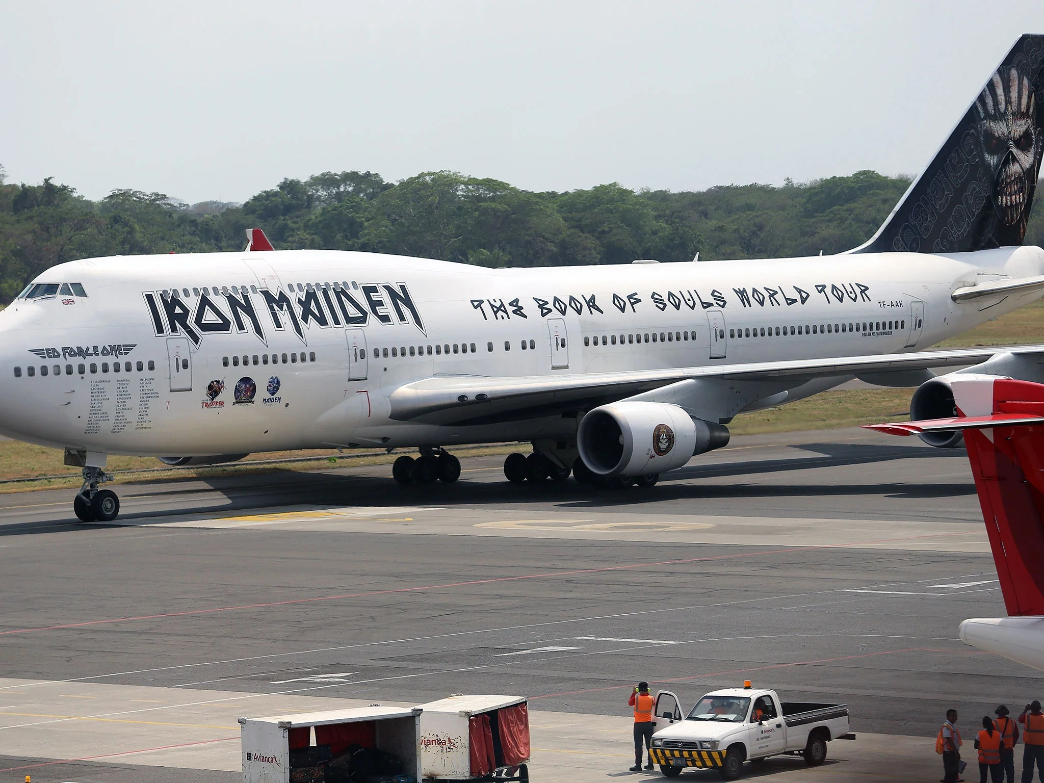 Formula 1 Car Hd Wallpapers Iron Maiden S Plane Badly Damaged In Collision With Truck