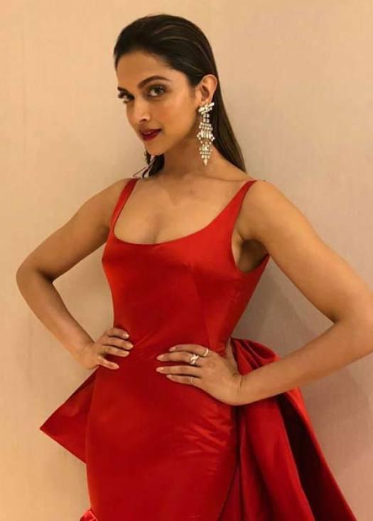Most Glamorous Star Award (Female): Deepika Padukone