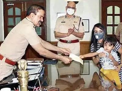 मुंबई पुलिस मुख्यालय में मां के साथ पहुंचे कबीर