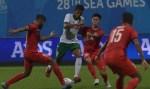 Sejumlah Pesepak Bola Singapura Dalam Pertandingan Sepak Bola