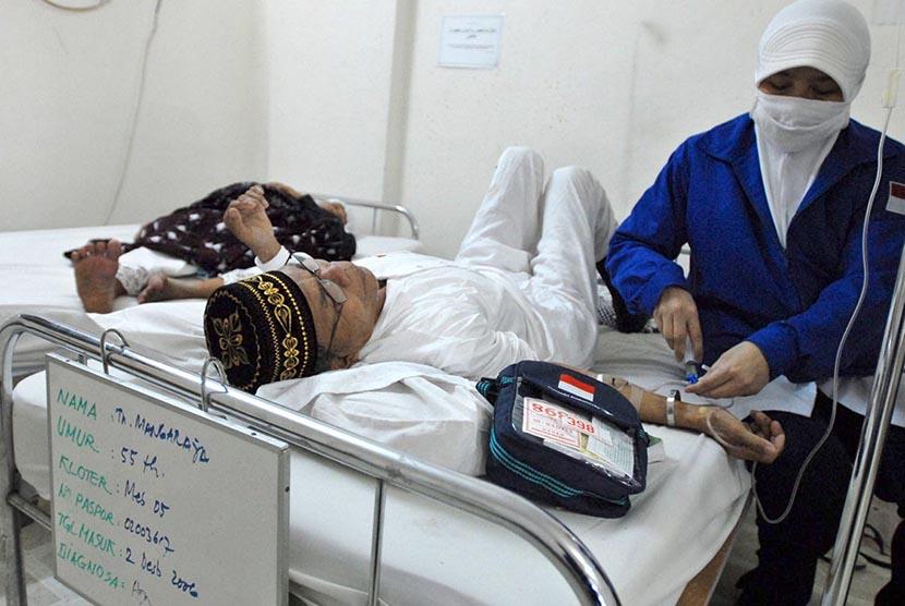 Seorang petugas medis PPIH dari daerah kerja (daker) Madinah memeriksa kondisi kesehatan seorang jamaah calon haji yang dirawat di poliklinik Haji Indonesia di Madinah.