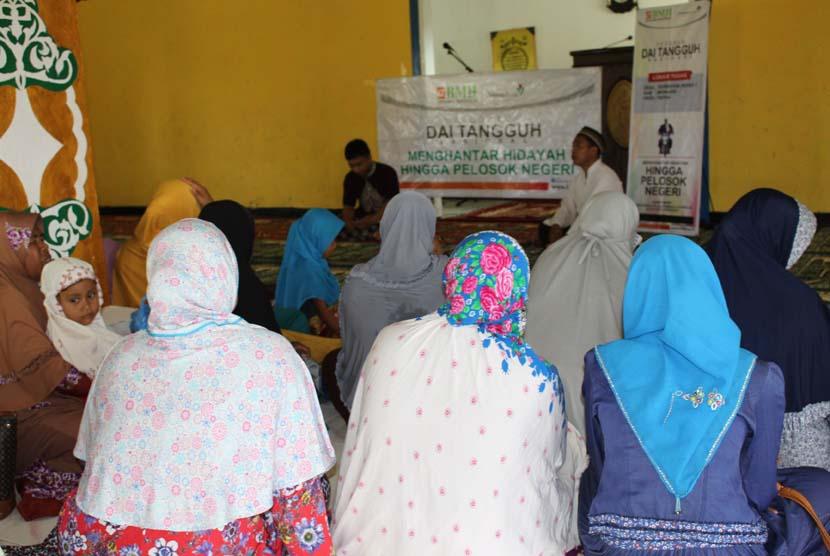 Abdu Surahman, dai Tangguh BMH di Merauke saat mengisi majelis taklim ibu-ibu di Desa Sermayam Indah Tanah Miring Merauke, Papua, beberapa waktu lalu.