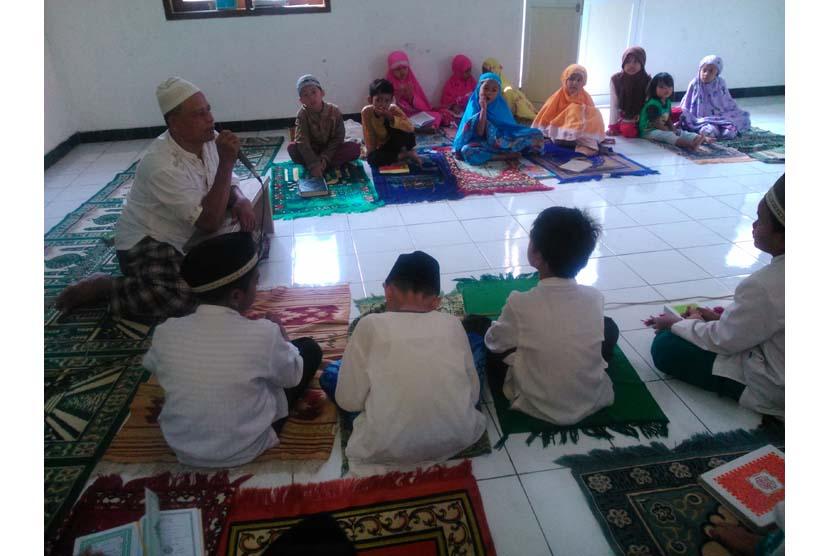 Anak-anak belajar mengaji di mushalla