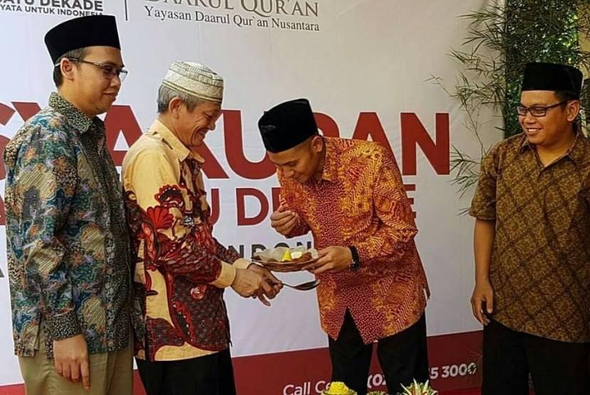 Direktur Utama PPPA Daarul Quran Muhammad Anwar Sani (kedua dari kanan)  menyerahkan tumpeng kepada  pengurus Yayasan Daarul Quran Nusantara KH Ahmad Kosasih.