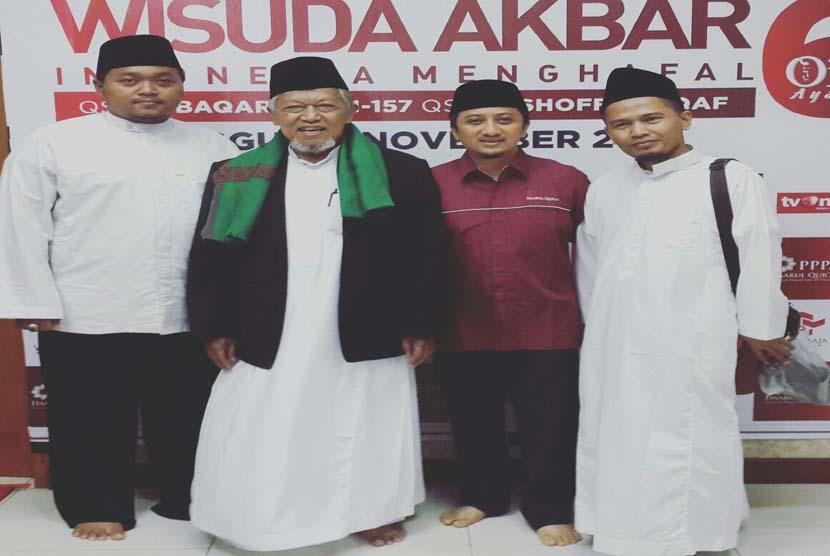 Dr Badrussalam (paling kanan) bersama  Ustadz Yusuf Mansur (kedua dari kanan) dan Pengasuh Ponpes Darussalam Indramayu KH Masyhuri Baedlowi (kedua dari kiri).