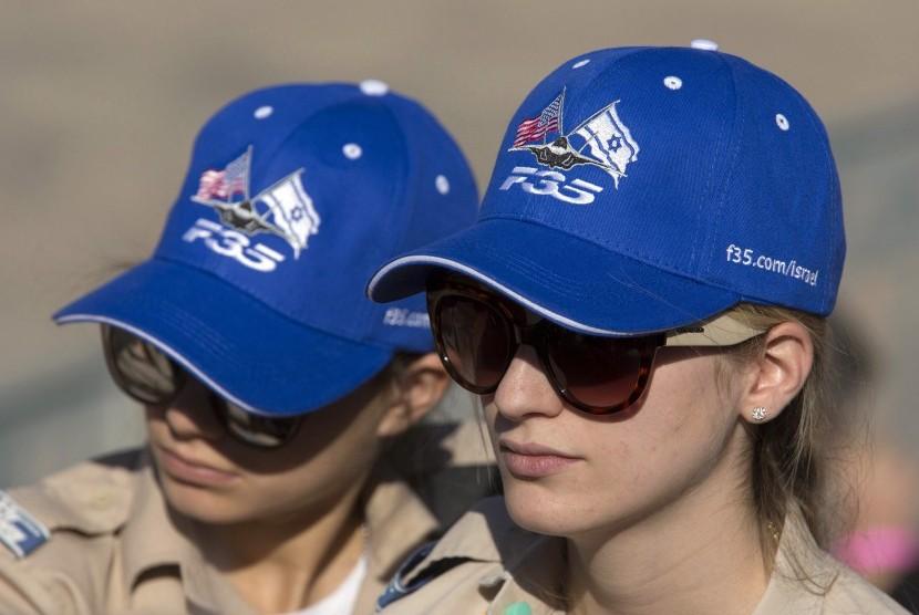 (Ilustrasi) Dua perempuan yang merupakan anggota tentara Israel.
