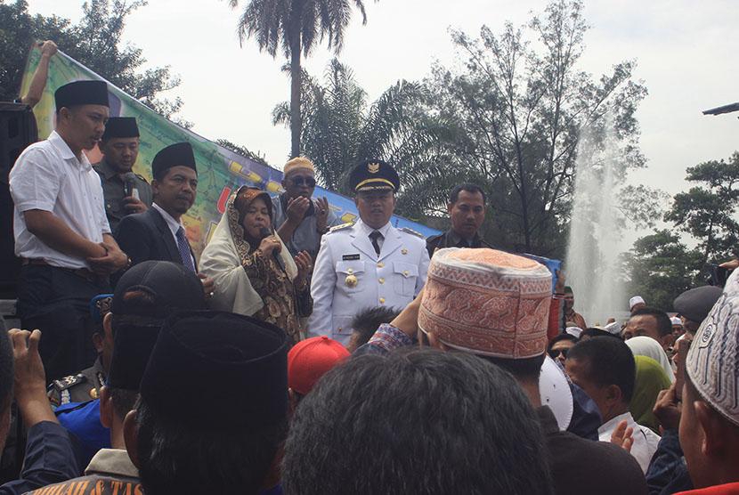 Bupati Tasikmalaya Uu Ruzhanul Ulum bersama para pendukungnya usai dilantik di Gedung Sate pada Kamis (24/3).