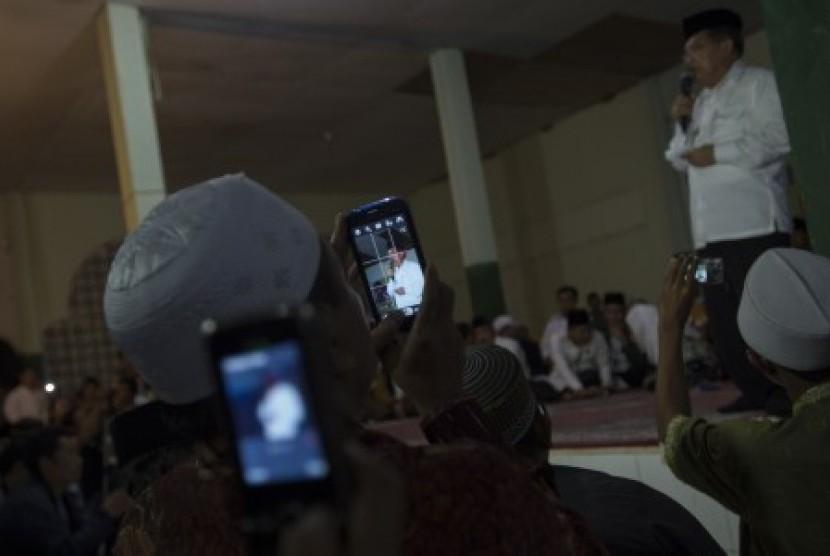 Jusuf Kalla berpidato di antara santri di Pondok Pesantren Nahdlatul Wathan, Lombok, Nusa Tenggara Barat, Kamis (19/6) malam.