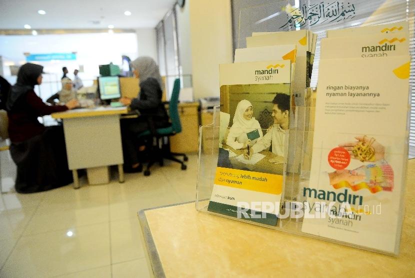 Karyawati melayani nasabah di Banking Hall Bank Mandiri Syariah (BSM), Jakarta, Selasa (7/2).