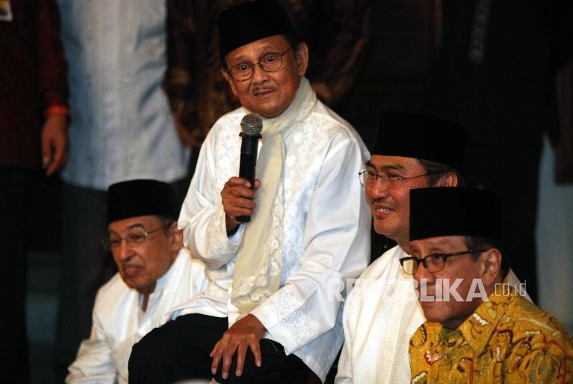 Ketua Dewan Kehormatan ICMI BJ Habibie (kedua kiri) bersama Ketua Umum ICMI Jimly Asshiddiqie (kedua kanan),saat menghadiri acara buka puasa bersama di kediaman B.J Habibie di Jakarta, Rabu (15/6).  (Republika/Rakhmawaty La'lang)