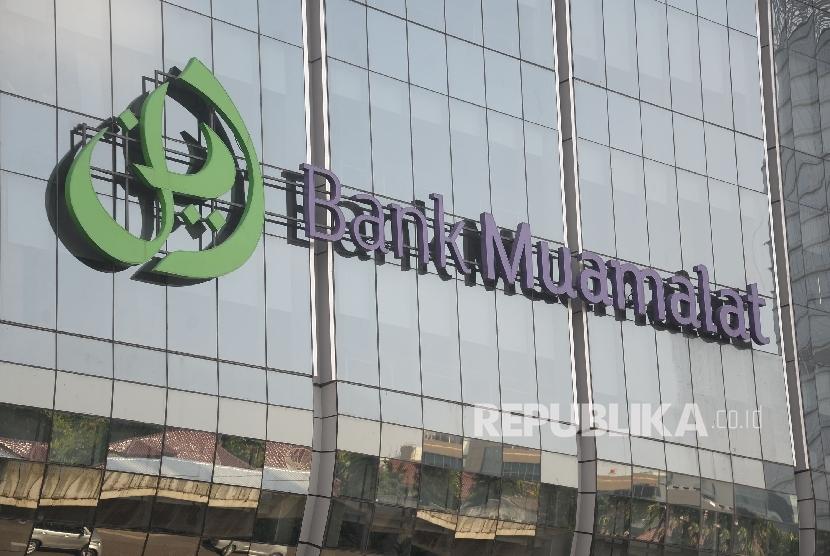 Logo besar Bank Muamalat terpasang di Muamalat tower, Kuningan, Jakarta, Ahad (4/6).