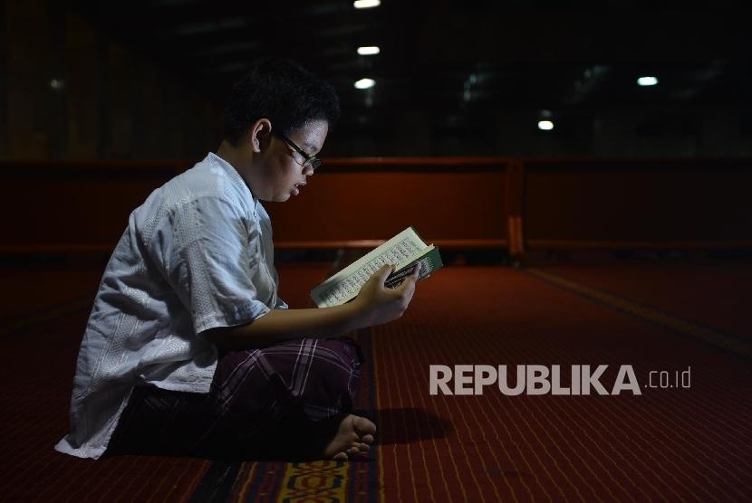 makna yang terdapat dalam momentun Nuzulul Quran atau turunnya Alquran. Yakni, makna spiritual dimana membaca Alquran sebagai salah satu ibadah utama.