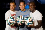 Pemain Sepak Bola Berpose Memegang Bola Resmi Piala Dunia