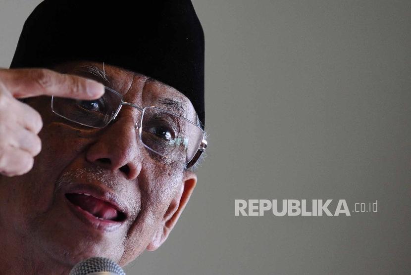 Pengasuh Pondok Pesantren Al-Hikam Hasyim Muzadi berbicara saat konfrensi pers di kantor ICIS, Jakarta, Rabu (3/12).