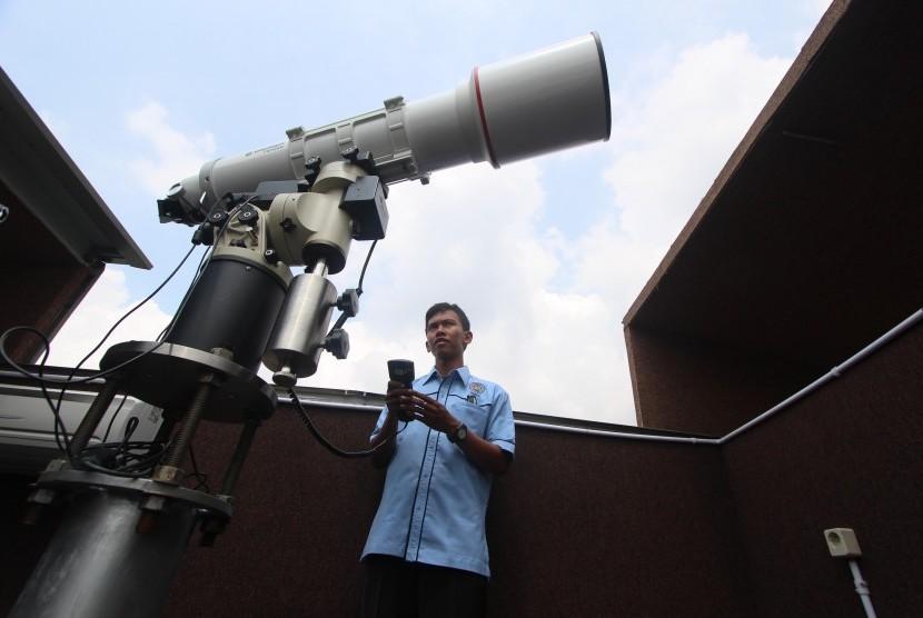 Petugas melakukan uji coba peralatan teleskop yang akan digunakan untuk mengamati gerhana matahari (GMT) di Observatorium Ilmu Falak Universitas Muhammadiyah Sumatera Utara, Medan, Sumut, Senin (7/3).