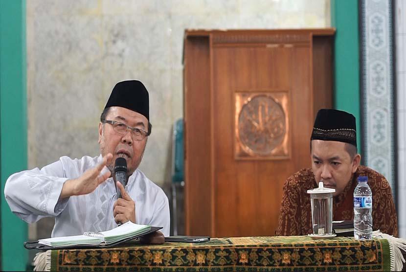 Prof Dr KH Didin Hafidhuddin MS (kiri)