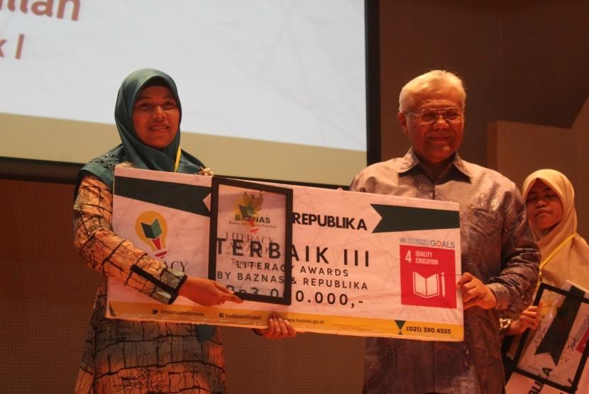 "Program pendidikan staf Biro Hukum, Promosi dan Humas (Biro HPH) Institut Pertanian Bogor (IPB), Siti Zulaedah, S.TP  yang berjudul ""Mahasiswa IPB Mengajar 2.0"" berhasil mengantarkannya meraih prestasi sebagai Juara 3 Baznas Literacy Awards 2017."