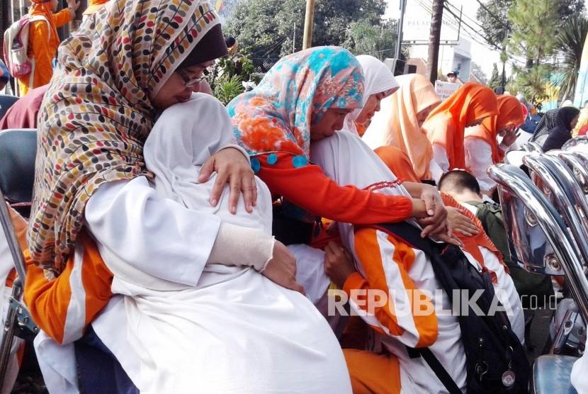 Sejumlah anak memeluk ibunya pada Tarhib Ramadhan Rumah Zakat (RZ) di Jl Ir H Djuanda, Kota Bandung, Ahad (30/5). (Foto: Dede Lukman Hakim)