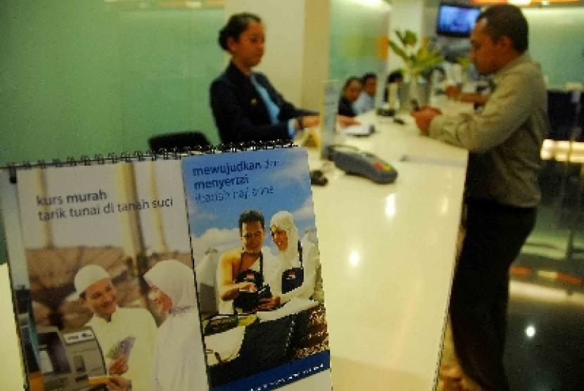 Seorang pendamping calon haji melakukan pelunasan biaya penyelenggaraan ibadah haji (BPIH) tahap III