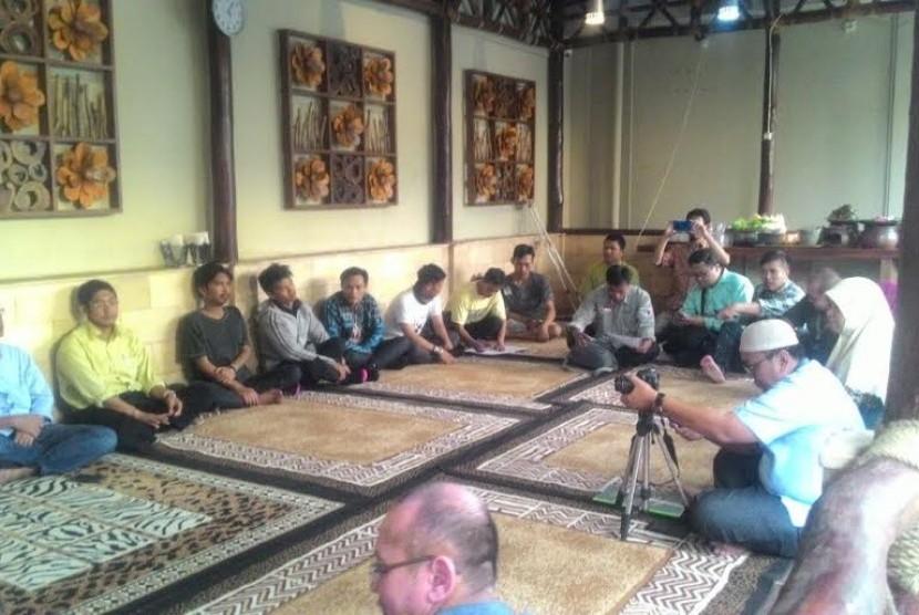 Silaturahim Sinergi Foundation dengan warga penerima manfaat program 'Lumbung Desa'.