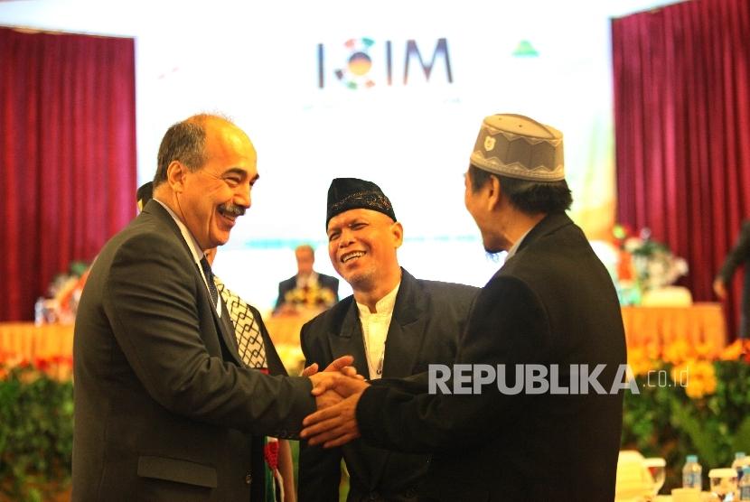 Wakil Dubes Palestina untuk Indonesia Tahir Hammad berbincang bersama sejumlah tamu undangan pada Konferensi Internasional Media Islam ( International Conference of Islamic Media-ICIM) di Jakarta, Rabu (25/5). (Republika/Rakhmawaty la'lang)