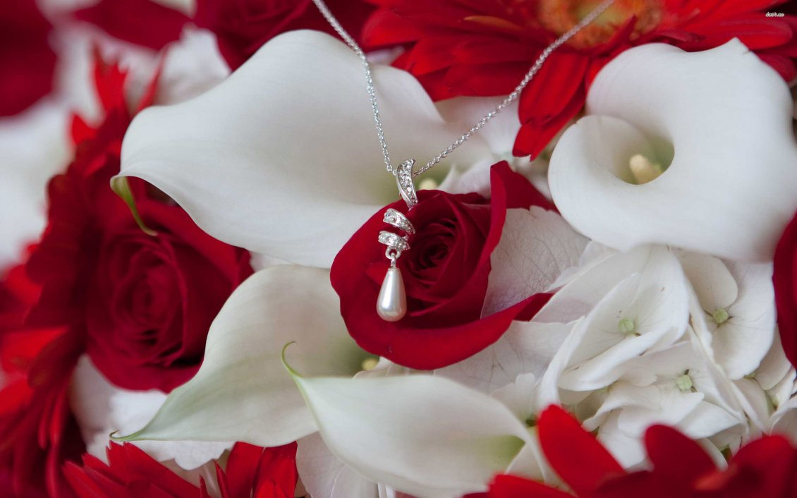 Cute Roses Wallpapers Download A Necklace With A Pearl On The White And Red Flowers