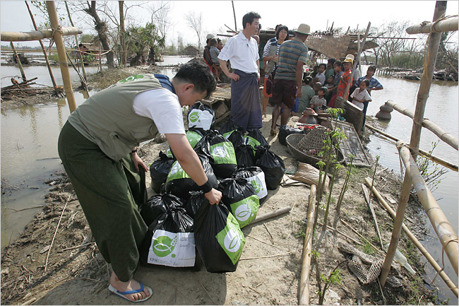 Myanmar Seizes UN Food for Cyclone Victims and Blocks Foreign