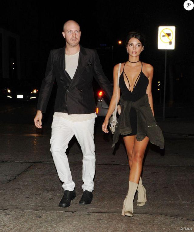 Jeff Magid et Emily Ratajkowski, habillée d'une robe midi Nookie (modèle Paradise) et chaussée en YEEZY (collection SEASON 2), se rendent au Craig's. Los Angeles, le 1er août 2016.