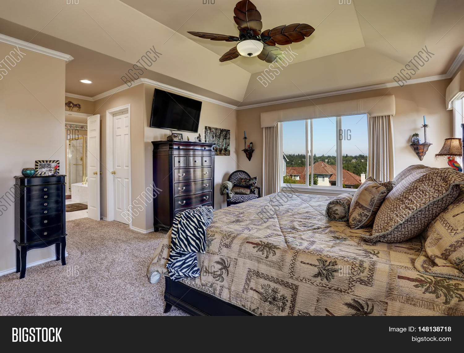 √ Luxury Interior Of Master Bedroom With Black Furniture