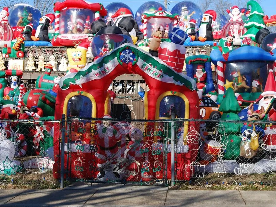 Here Are The Most Over-The-Top Christmas Lawn Decorations On The - christmas lawn decorations