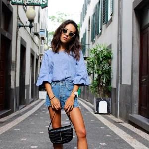 look-short-jeans-cintura-alta-camisa-azul-sapato-bicolor-bolsa-croco-crop
