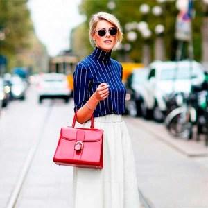 sofie-valkiers-culotte-branco-blusa-gola-alta-bolsa-vermelha-cropped