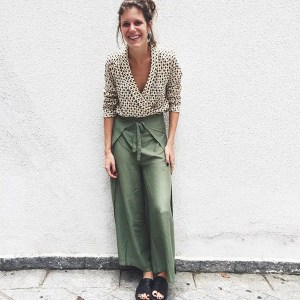 street-style-look-thais-cezare-camisa-estampada-calca-pantalona