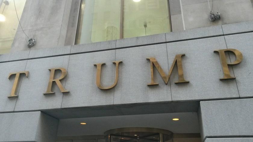 Schriftzug an einem Trump-Building in New York