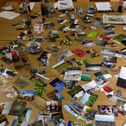 Tisch bedeckt mit Fotos