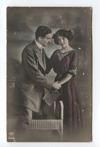 A couple holding hands (postcard from 1913)
